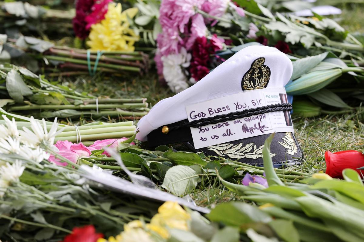 There is mourning all over the Commonwealth: a captain's hat with words of condolence in the middle of a sea of ​​flowers in front of Windsor Castle.