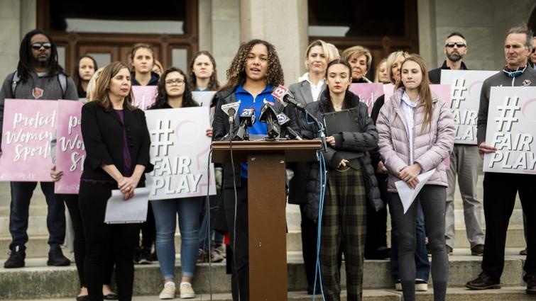 Pressekonferenz in Hartford, Connecticut im Februar 2020. Familien von High-School-Athletinnen hatten gegen dieConnecticut Association of Schools geklagt. Sie fühlen sich durch die Teilnahme von Trans-Athletinnen im Frauensport diskriminiert. Sie hätten deshalb weniger Chancen auf Stipendien an Universitäten. In den USA werden zahlreiche Uni-Stipendien an Top-Athlet*innen vergeben.  (imago)