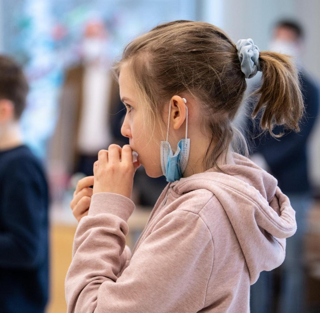 dpatopbilder - 10.03.2021, Bavaria, Munich: Louise (10 years old), a fourth-grader of elementary school, gives a sample of her saliva in a test tube during her self-administered Corona test.  For the Coronavirus Self-Test, which is assessed as a PCR test by the lab, students placed a cotton tube in their mouths for a few seconds, which absorbs saliva during this time.  Bavarian Culture Minister Biaolo (Free Voters) and Bavarian Health Minister Holitschik (CSU) are visiting the primary school to follow up on the implementation of the Corona test strategy.  Photo: Matthias Balk / DPA - Caution: For editorial use only in relation to current reports.  +++ dpa-Bildfunk +++