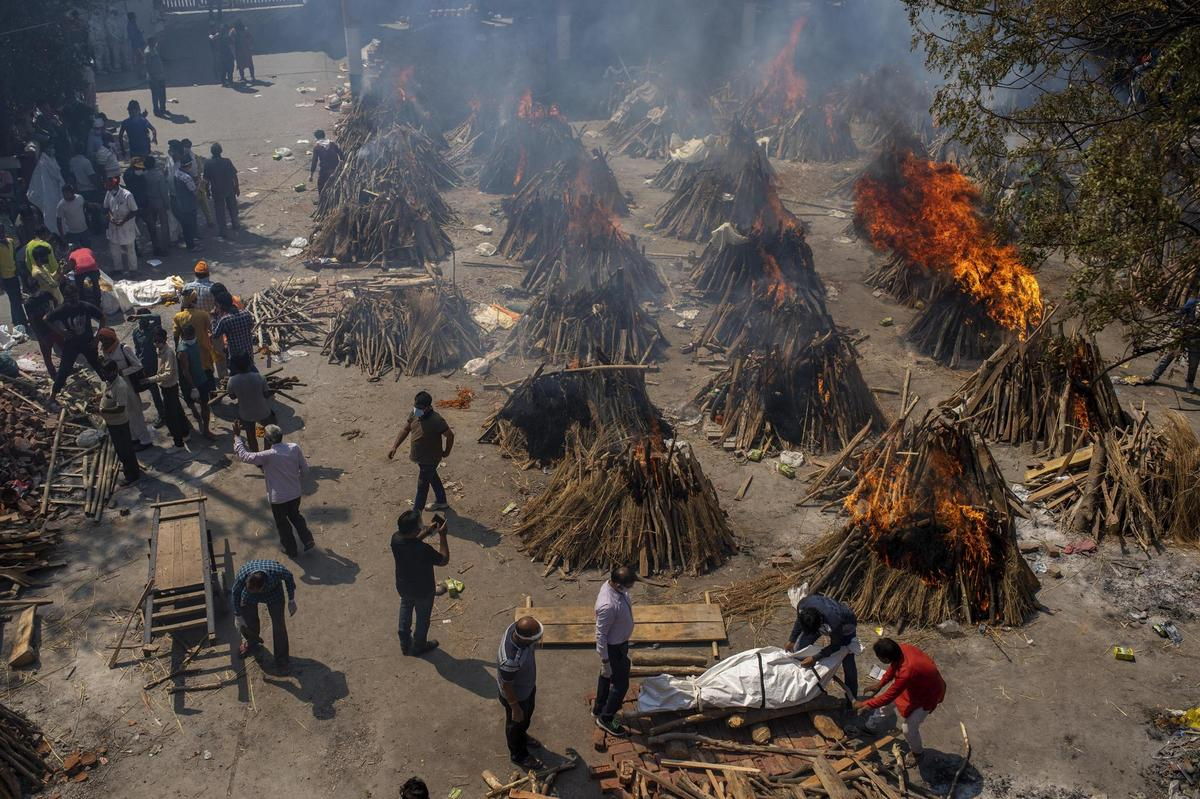 Mass cremations have become the norm in New Delhi for a few days, the health system is overwhelmed, and people are dying in front of hospitals.
