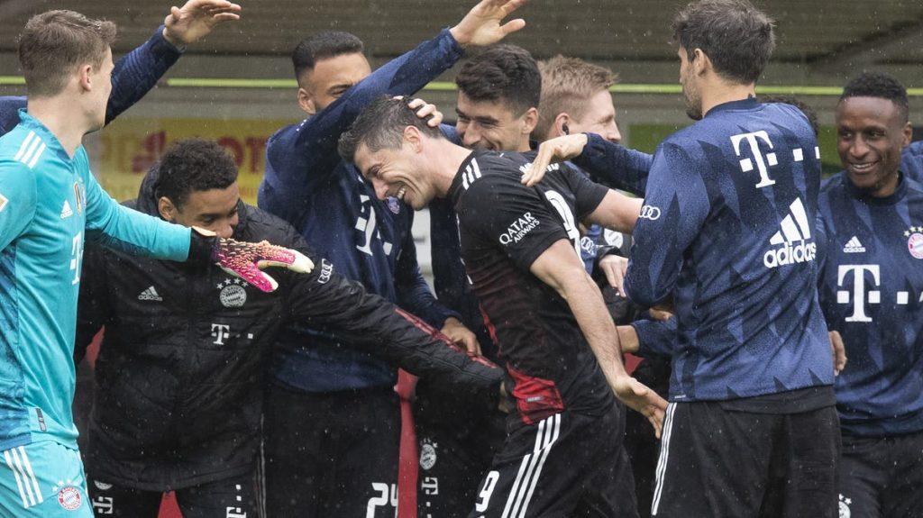 Overseas football - Lewandowski equates to Gerd Muller's goal record - Vargas flies off the field in red