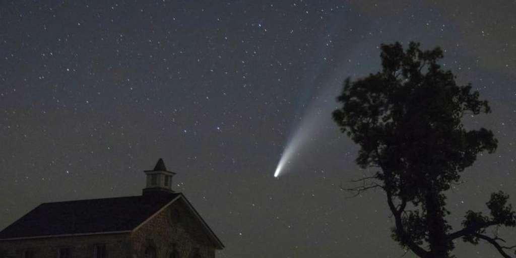 Iron and nickel vapor have been detected in frozen comets