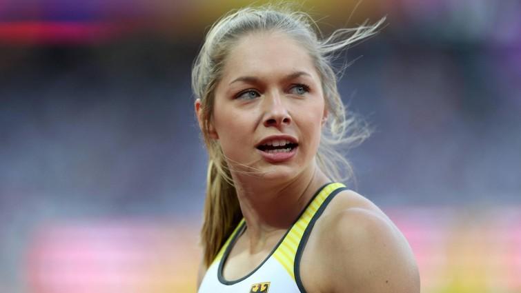 Die deutsche Sprinterin Gina Lückenkemper blickt zur Resultate-Wand beim Halbfinale über 100 Meter bei der Leichtathletik-EM in London. (imago - Action Plus)