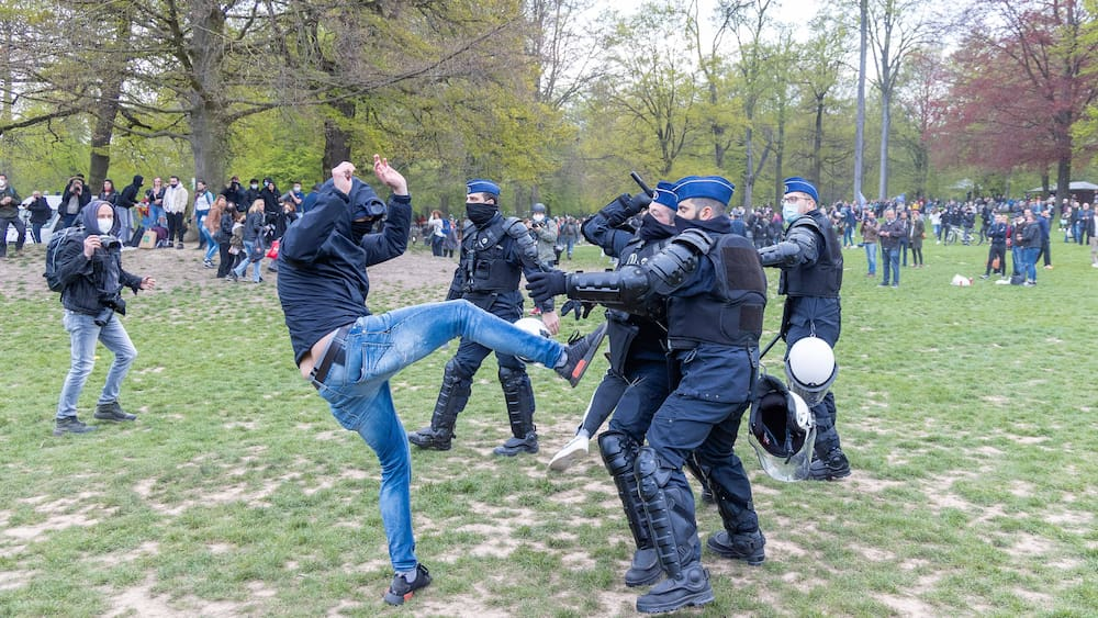 Belgian police solve a protest against Corona, in which more than a thousand young people participated