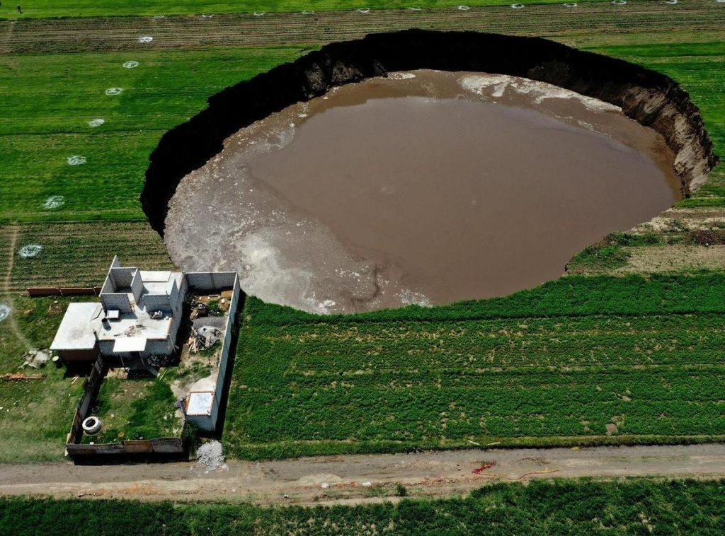A huge hole in the ground in Mexico - this mysterious hole grows daily