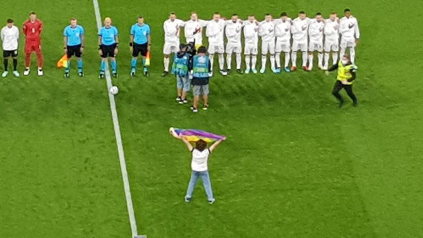 EM 2020: Fleiser shows the Hungarians the rainbow flag in the national anthem