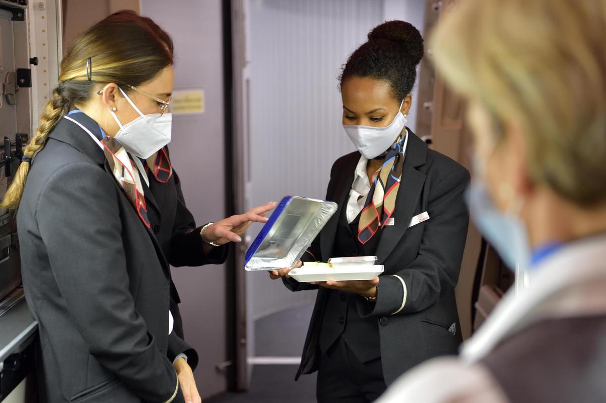 Less service, but no cancellation: Swiss flight attendants before a long-haul flight.