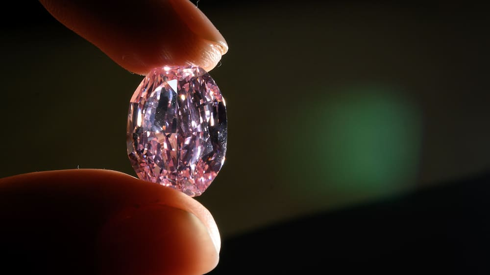 Five years in prison in England: a woman exchanges diamonds for pebbles