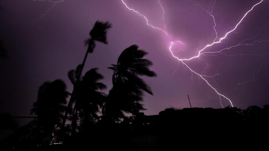 India: Dozens Die in Lightning Strikes - Some Take Selfies