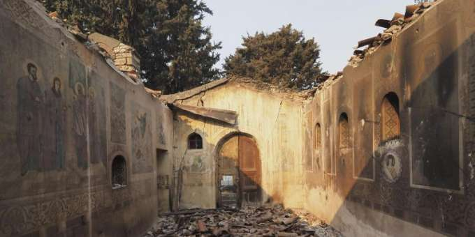 The fire left only the foundation walls of this church on the island of Evia.  Photo: Thodoris Nikolaou / AP / dpa