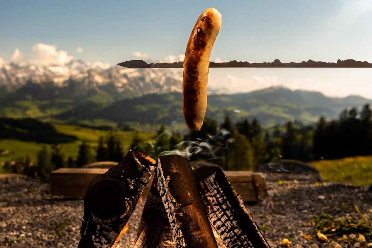A barbecue area, sausages and skewer with a mountain panorama - and the happiness of an elegant carnivore is perfect.