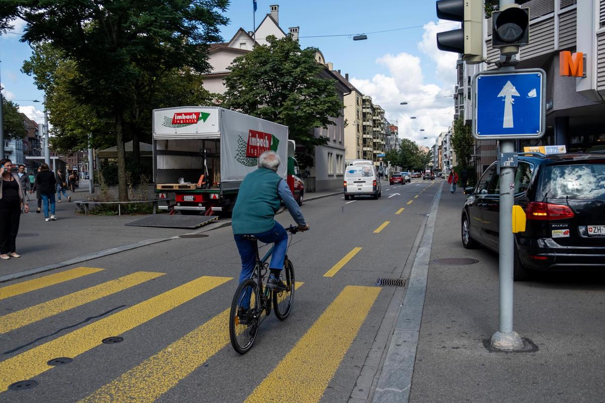 More space for pedestrians and bikes at Schmiede Wiedikon.