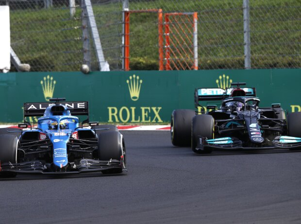 Hot duel: Fernando Alonso (Alpine) defends himself against Lewis Hamilton (Mercedes) at the 2021 Hungarian Grand Prix at Hungaroring near Budapest