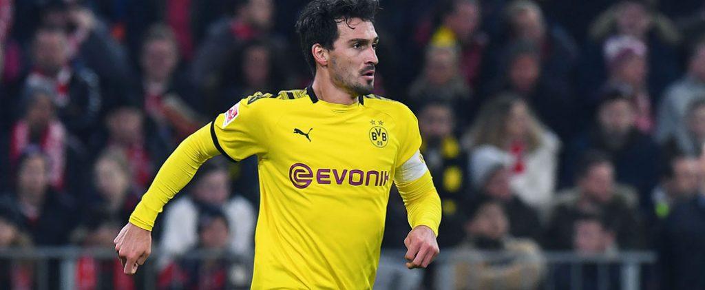 Borussia Dortmund: Mats Hummels übt mit Ball auf dem Platz