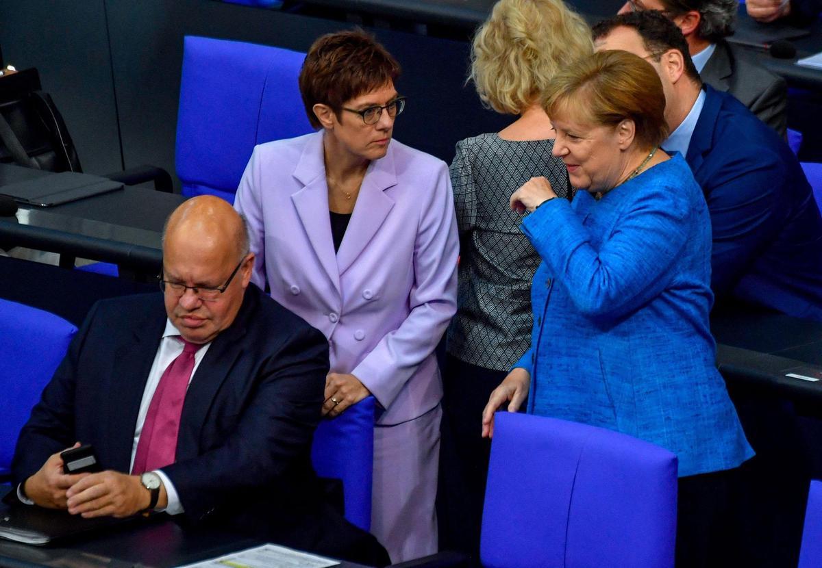 Angela Merkel with Annegret Karenbauer and Peter Altmaier in the Bundestag.