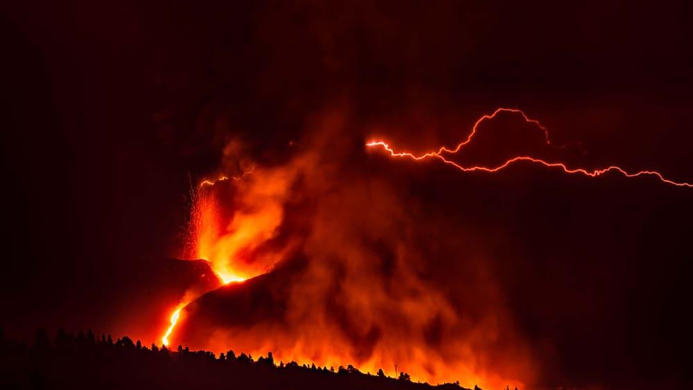 La Palma: Hundreds evacuated due to lava